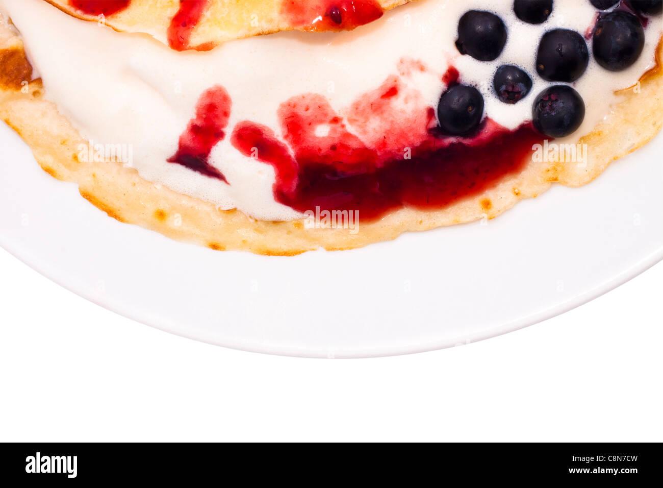 Dettaglio della piastra con la crêpe con gelato di berry topping e mirtilli. Immagini Stock