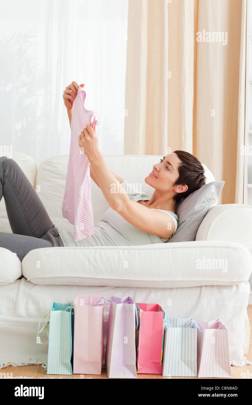 Giovane donna guardando una T-shirt ha appena fronda Immagini Stock