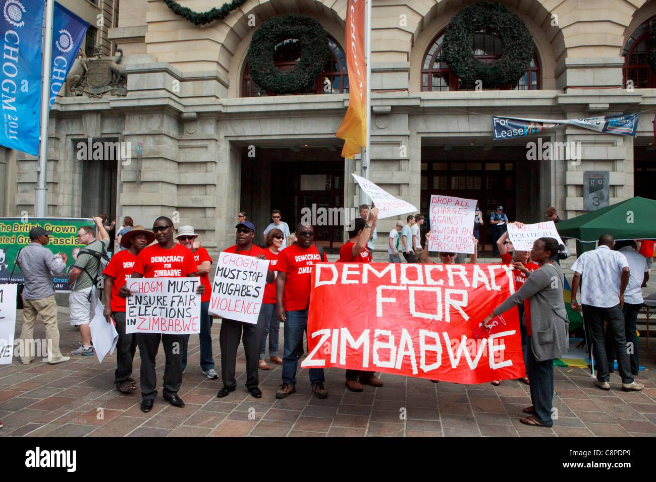 """Anti Mugabe manifestanti tenendo un 'democrazia per Zimbabwe"""" banner in CHOGM 2011 proteste in Perth. Immagini Stock"""