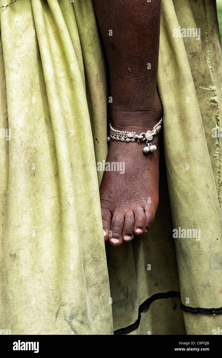 Poveri bambini indiani Piedi con cinturino alla caviglia contro le madri abito sporco abstract Immagini Stock