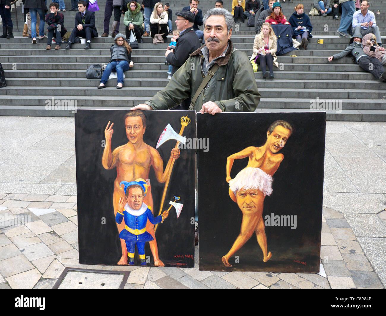 Artista Kaya Mar visualizza alcune delle sue caricature Foto Stock