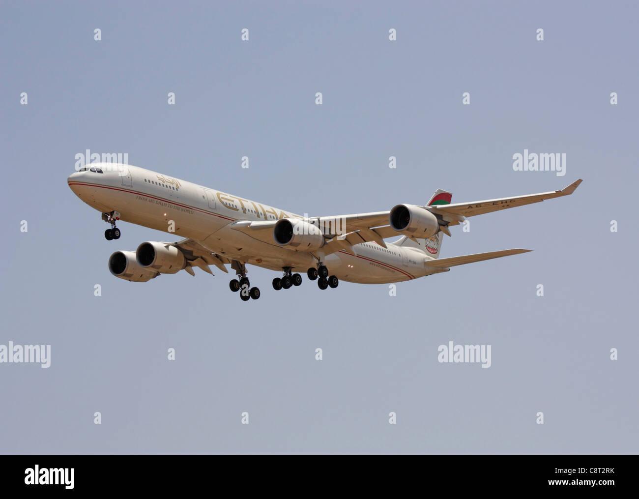 Etihad Airways Airbus A340-500 quattro-motore aereo jet sull approccio. A lunga distanza di volo commerciale. Immagini Stock