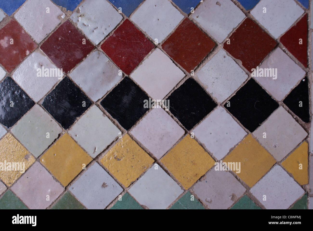 Marocchine le piastrelle del pavimento in riad marrakech foto