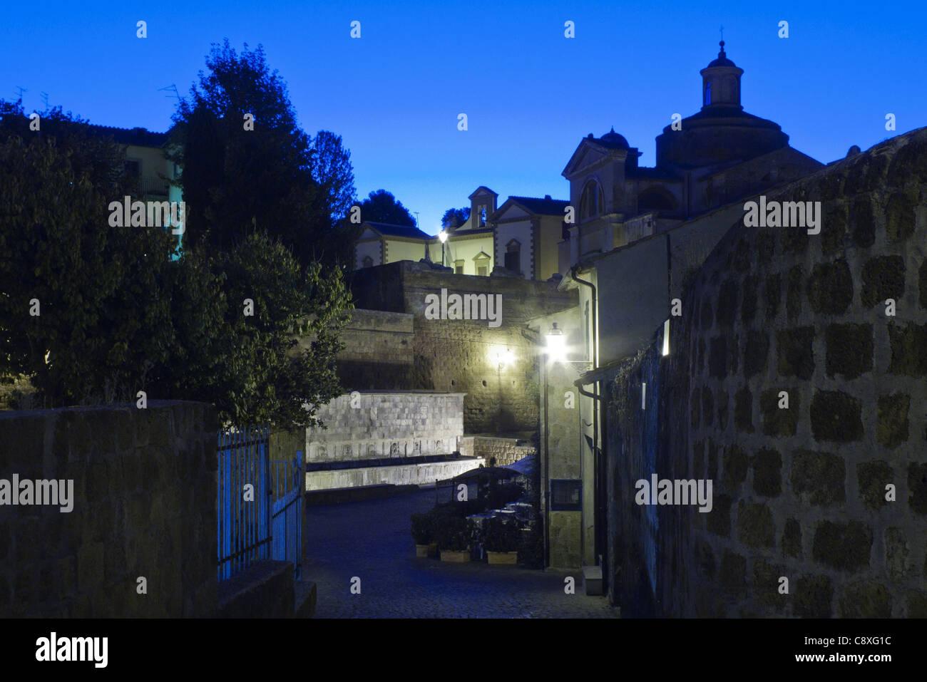 Vista notturna di Tuscania, una piccola città in Italia. Immagini Stock