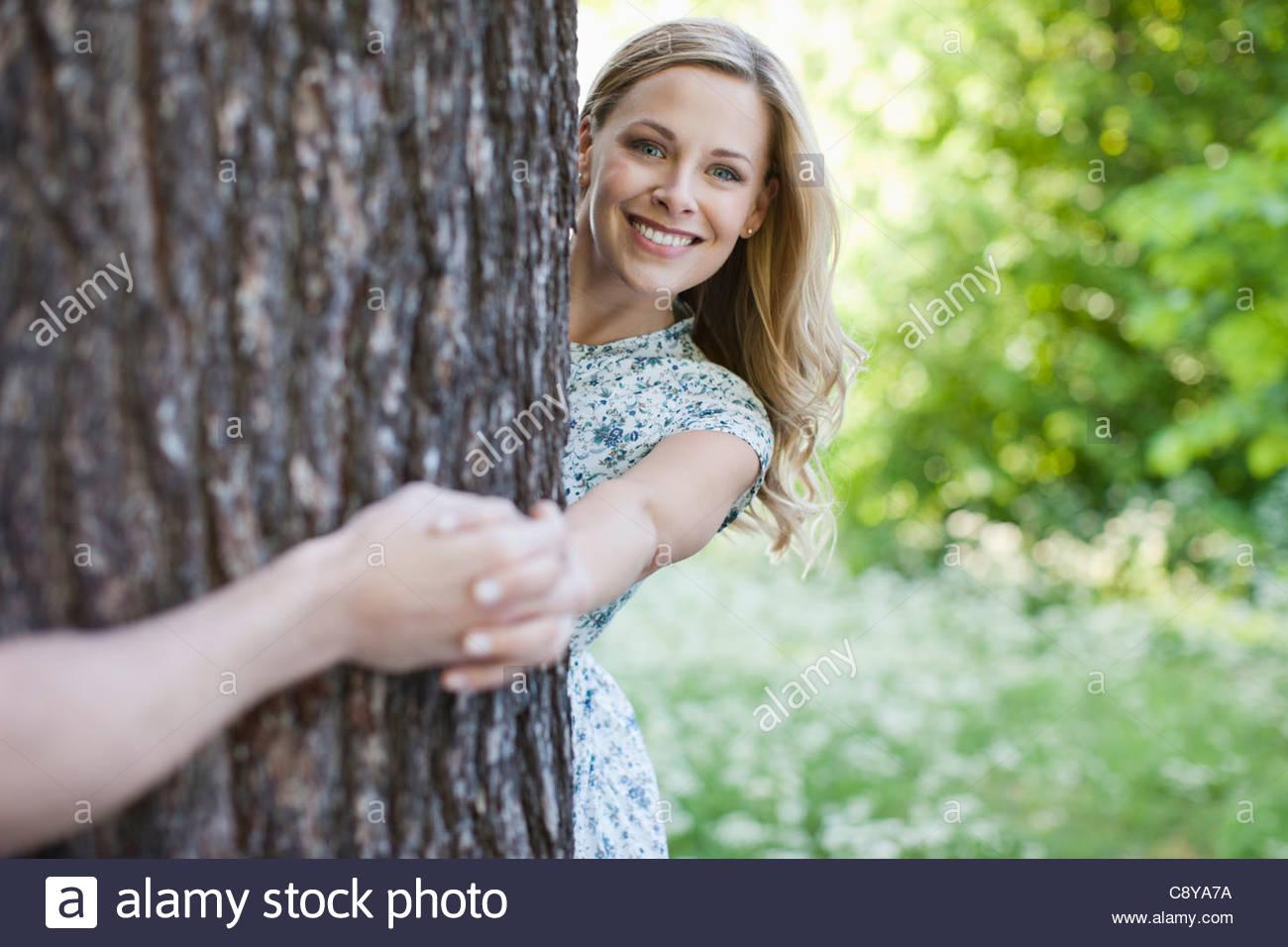 Giovane Azienda mani attorno ad albero Immagini Stock