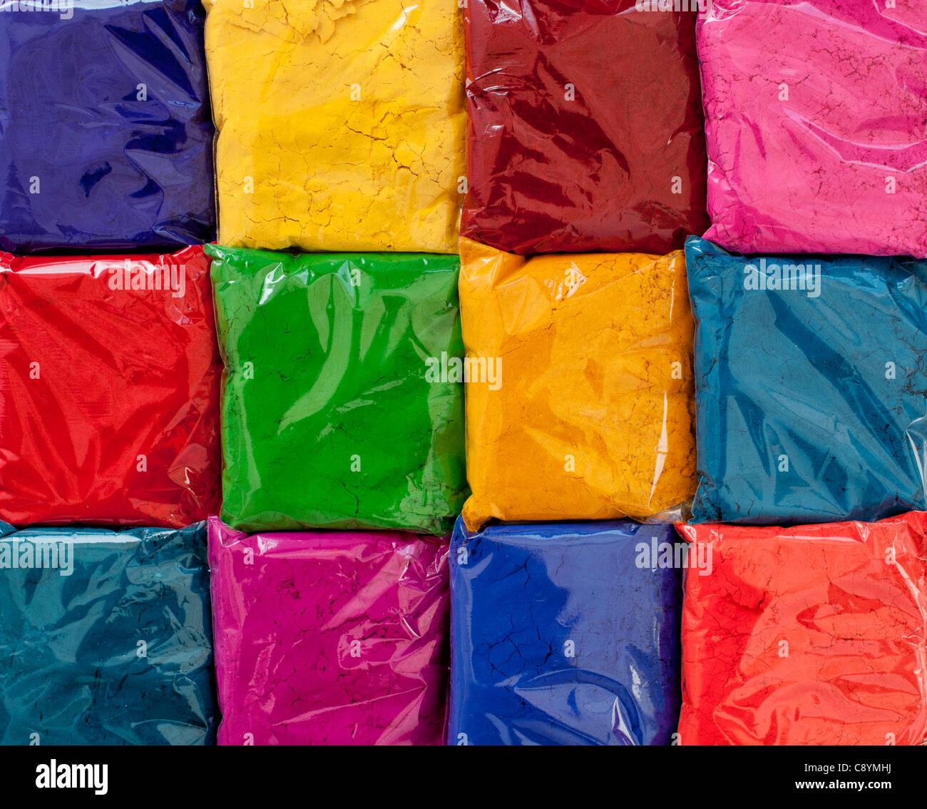 Sacchetti di Indian polvere colorata utilizzata per amking rangoli di progetti su strada. India Immagini Stock