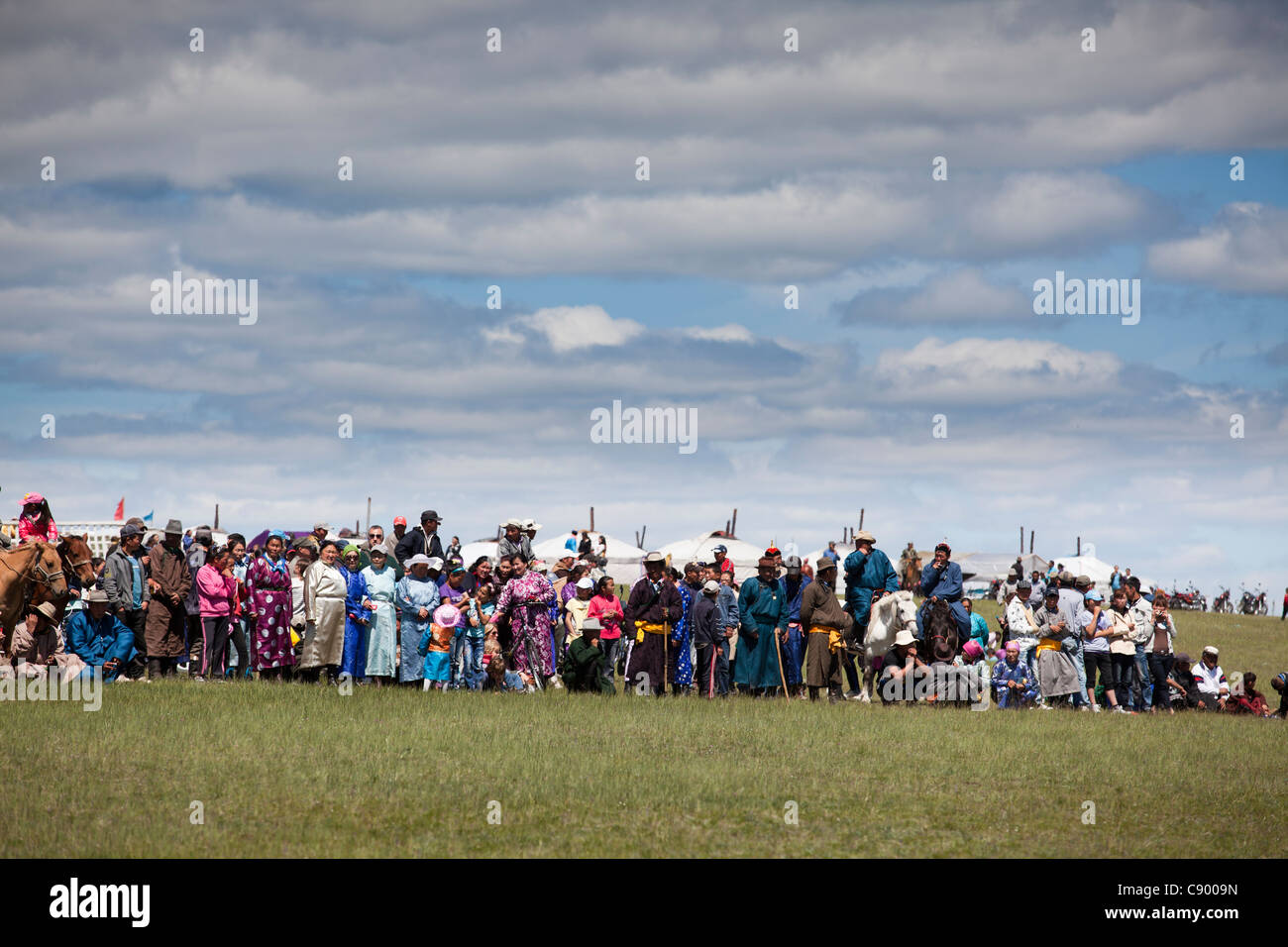 Lo spettatore in attesa traguardo per le corse di cavalli al festival di Naadam Tsagaannuur, Khövsgöl, Immagini Stock