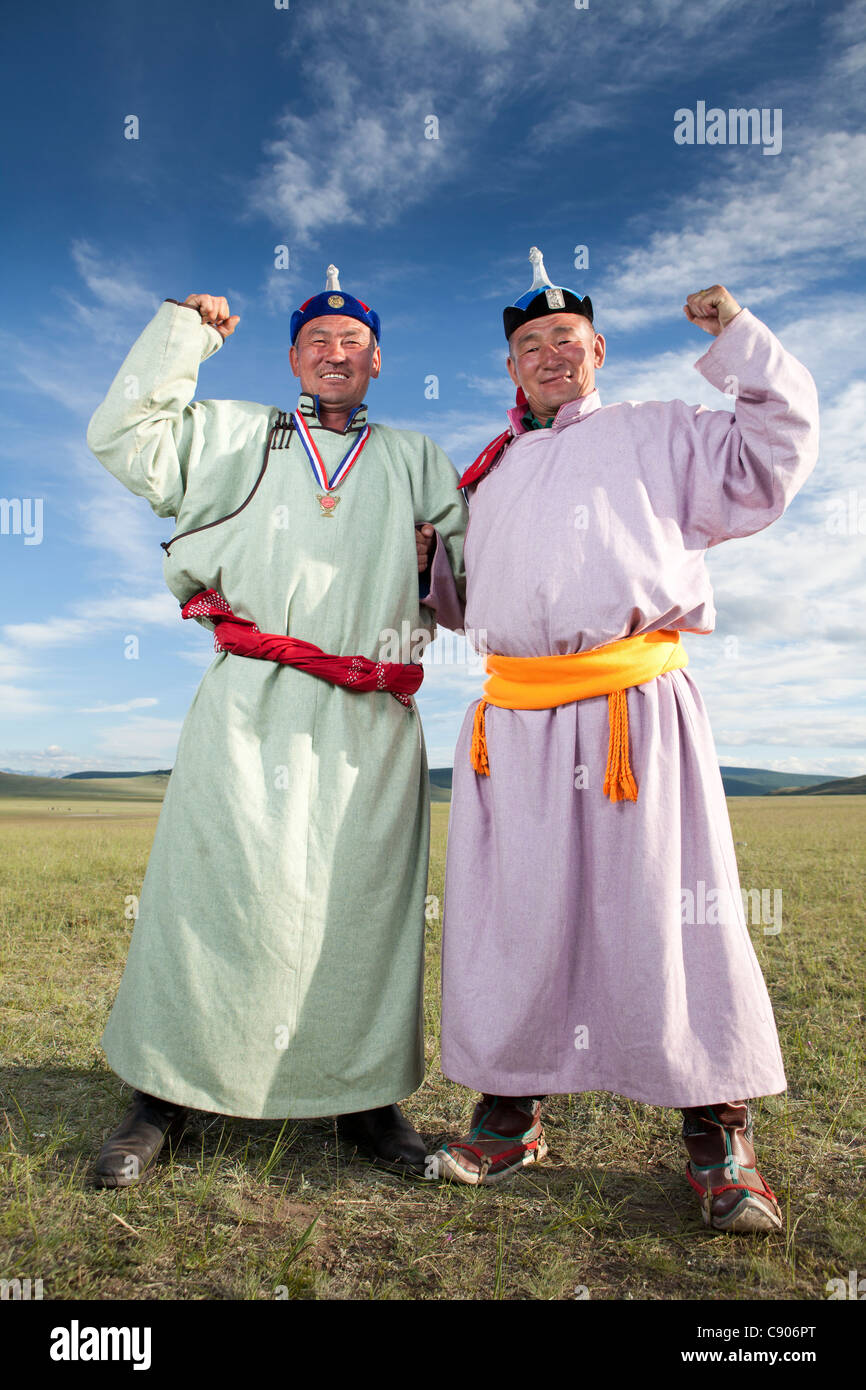 Wrestler mongolo prendere posano con un amico, Tsagaannuur, Khövsgöl, Mongolia Immagini Stock