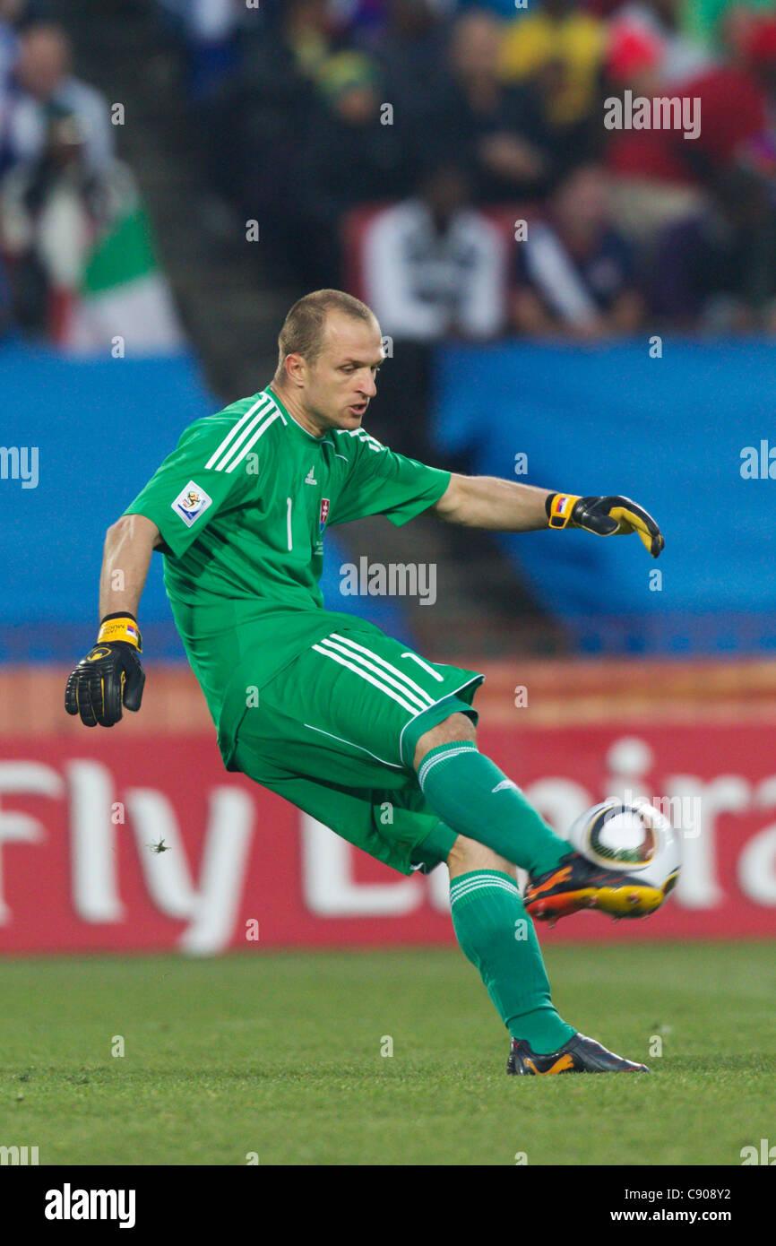 Il portiere Jan Mucha della Slovacchia cancella la sfera durante la Coppa del Mondo FIFA 2010 Gruppo F match contro Immagini Stock
