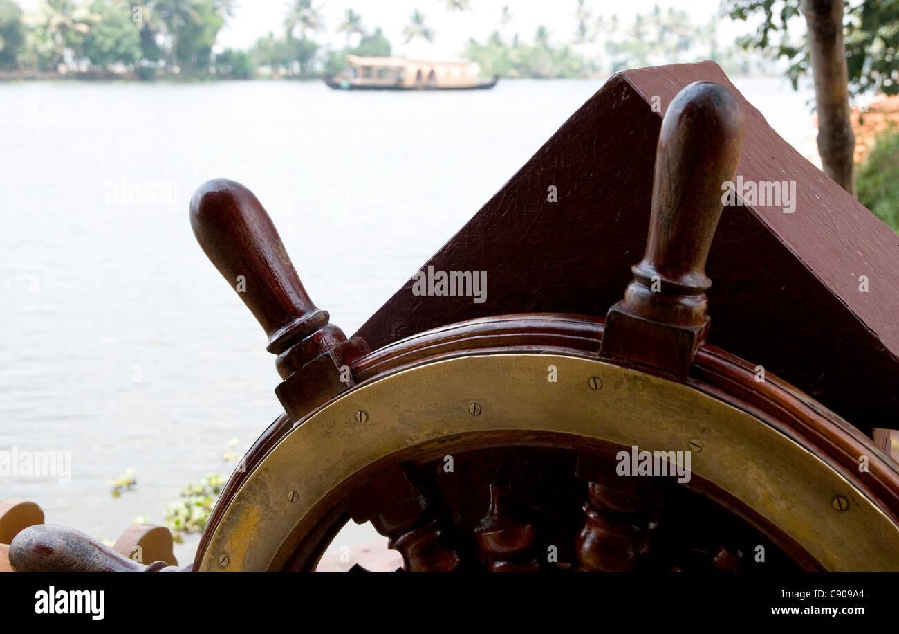 Close up in avanti il volante di una Kettuvallam,house boat in Kerala Backwaters presso il Lago Vembanad, India Immagini Stock
