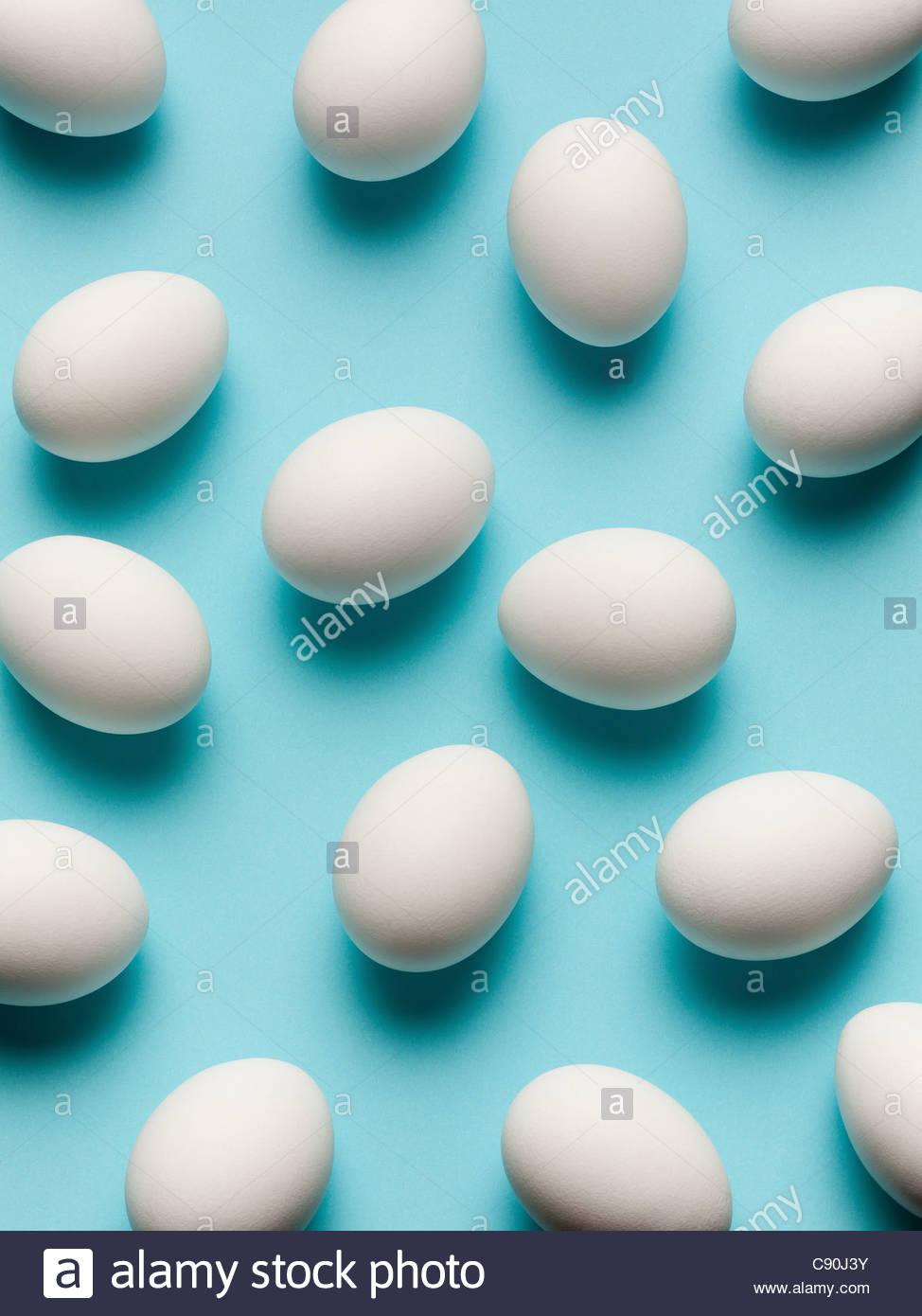 Uova rotolando sul piano del banco Immagini Stock