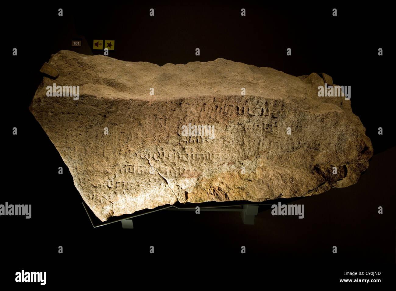 Museo Nazionale di Singapore: Storia Galleria - Singapore Stone [xiv secolo antica lingua Sanscrita] Immagini Stock