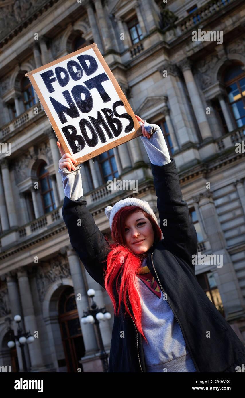 Katy Arthur protestando circa l'economia mondiale e la disuguaglianza sociale nel mondo, Glasgow, Scozia Immagini Stock