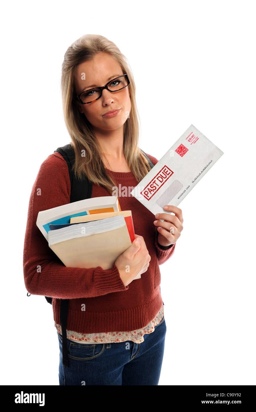 Studentessa holding passato a causa busta isolate su sfondo bianco Immagini Stock