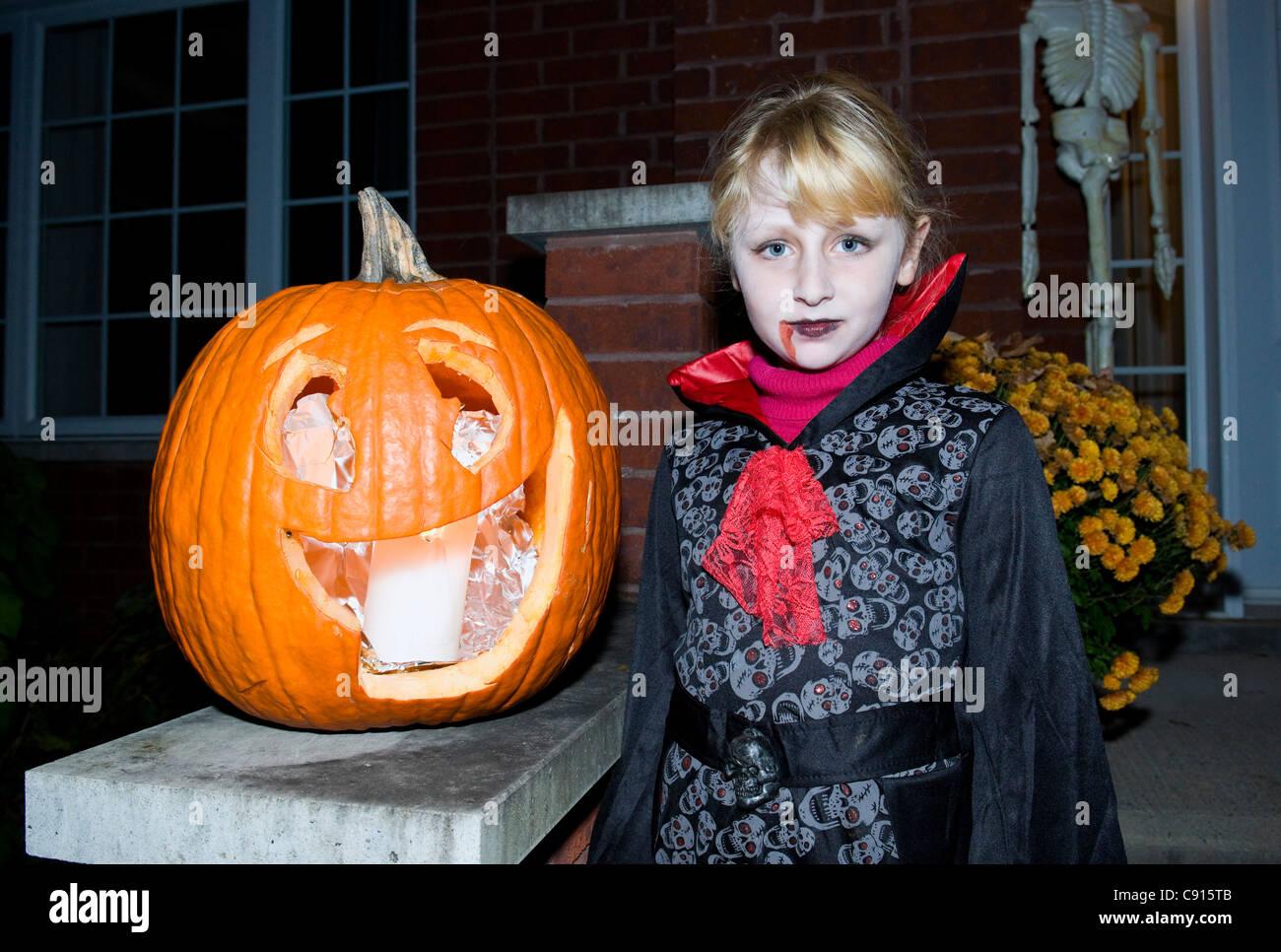 La ragazza con la zucca di Halloween tempo di Montreal, Canada Immagini Stock