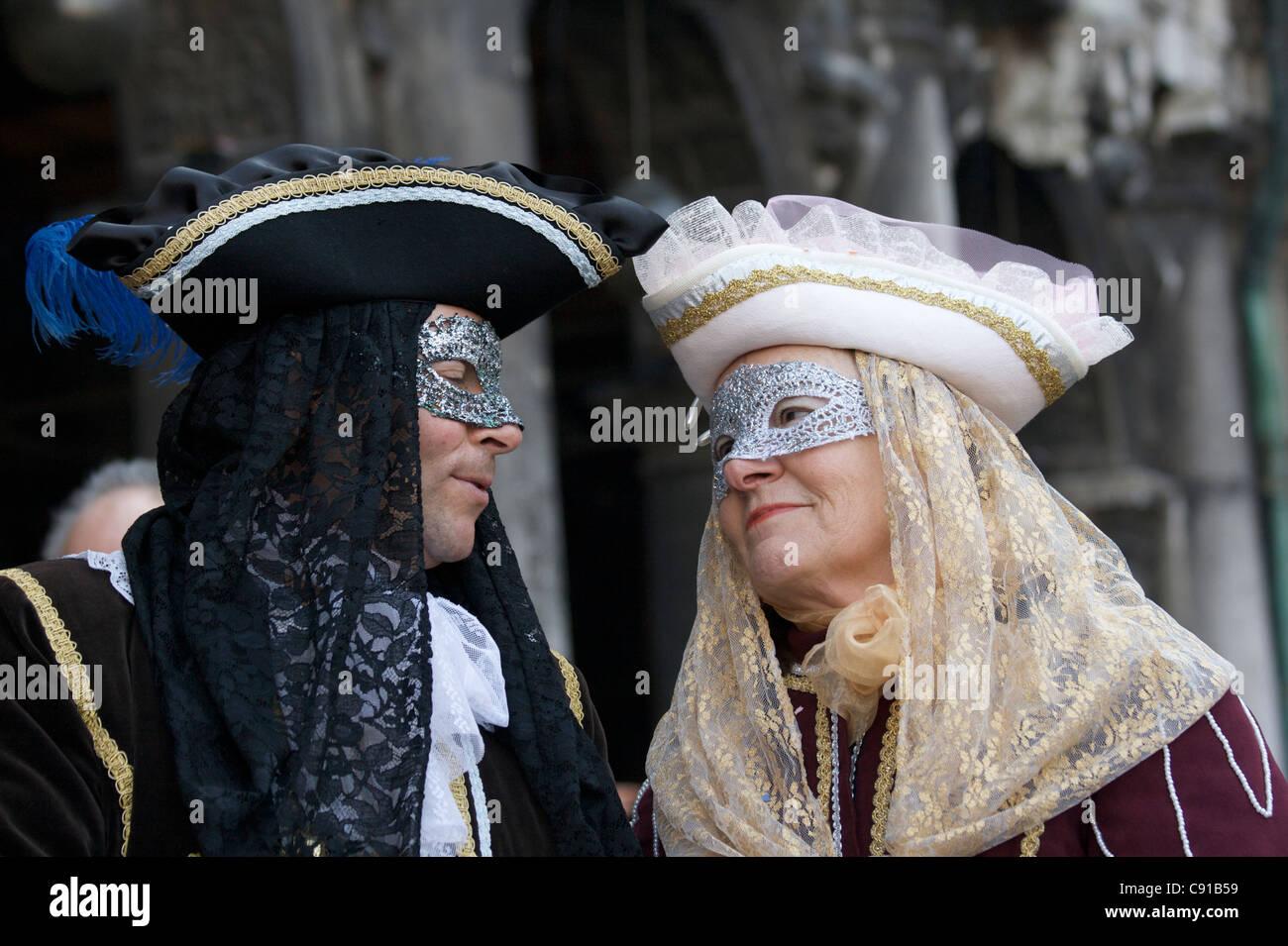 prezzi al dettaglio acquista per il meglio scarpe classiche Un uomo e una donna nel carnevale veneziano outfits ...