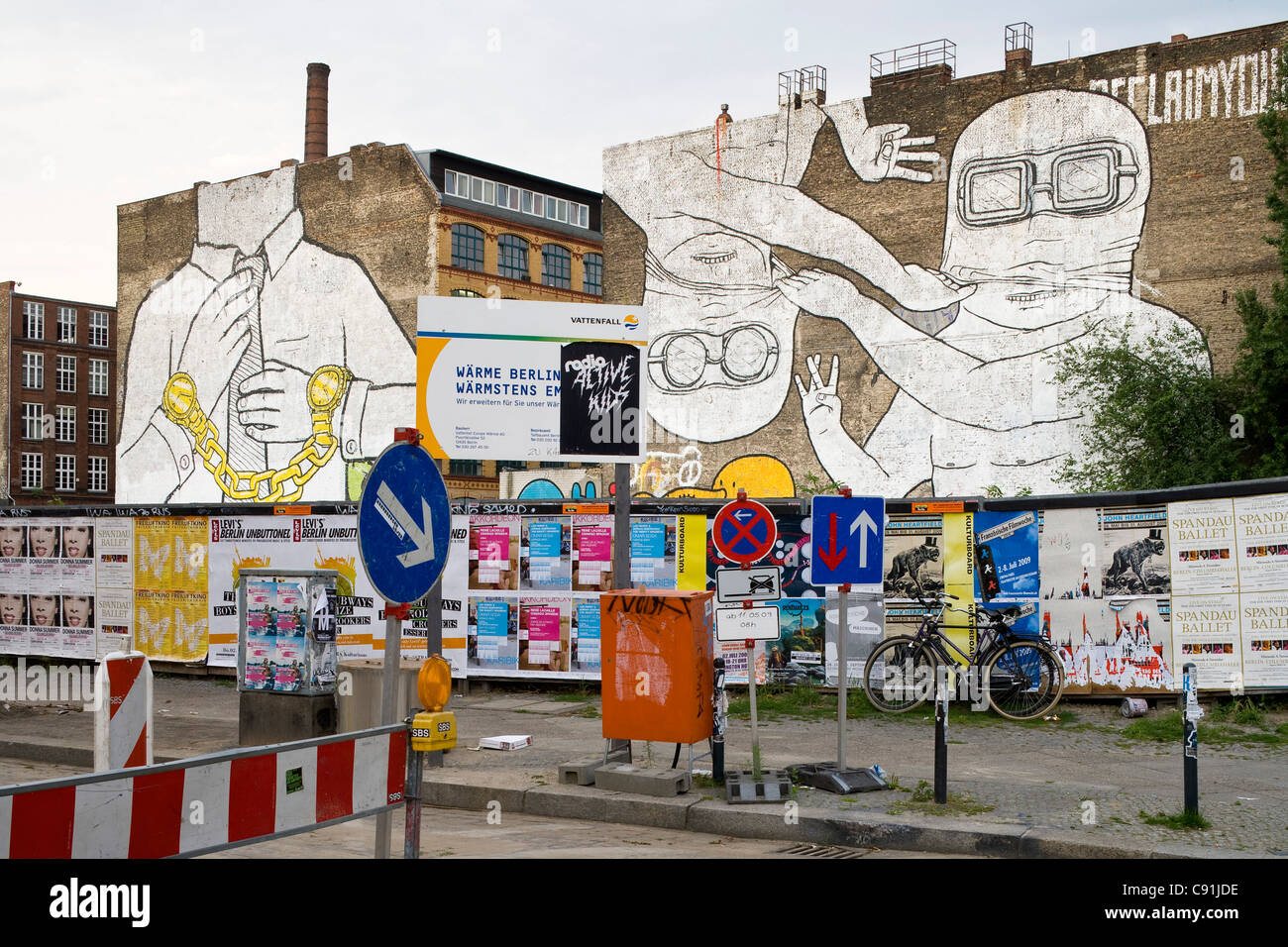 Le animazioni Streetart dall'artista Blu in Cuvry Strasse, Berlino-Kreuzberg, Berlino, Germania, Europa Immagini Stock