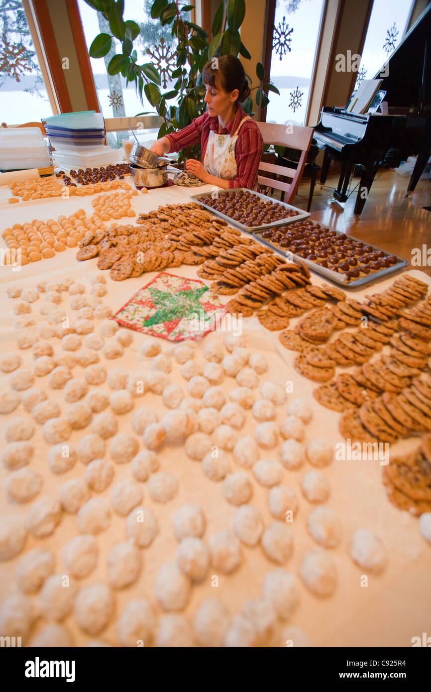 Regali Di Natale Cucina.La Donna Seduta Al Tavolo Da Cucina Circondato Dai Cookie Cali