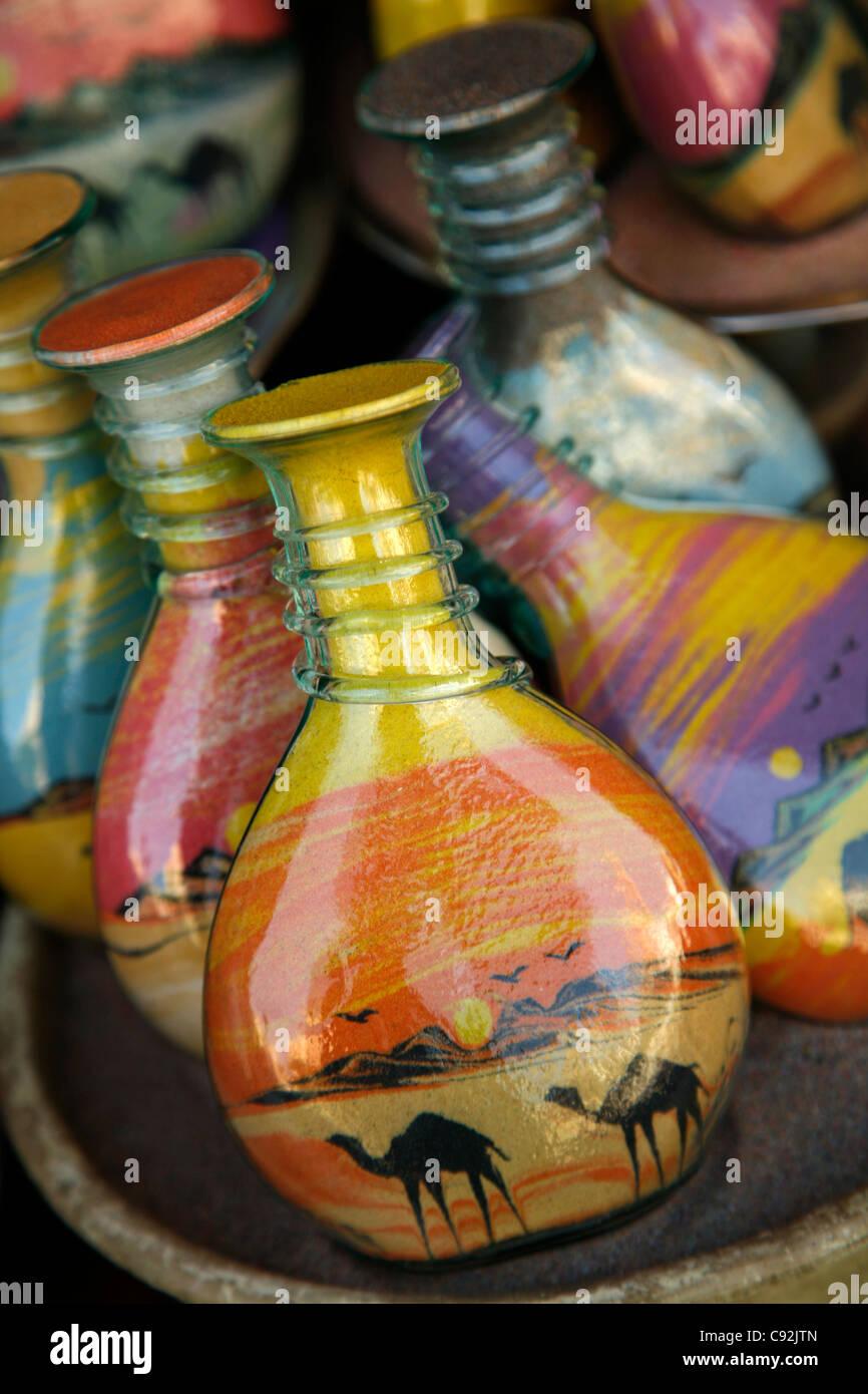Souvenir bottiglie riempite con sabbia del deserto, Aqaba Giordania. Immagini Stock