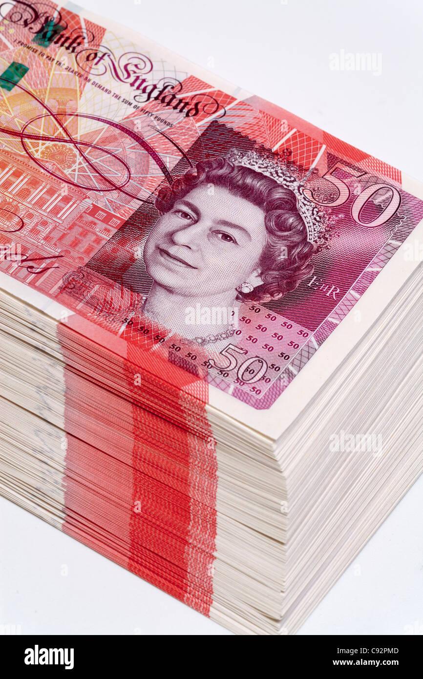 50 pound valuta britannica di banconote 50 sterline contanti ricca pila Foto Stock