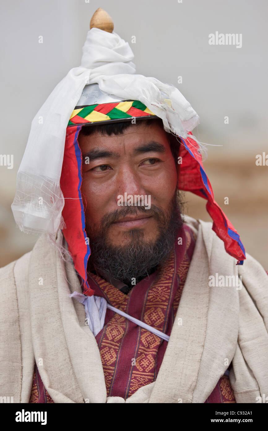 Un uomo vestito con l'inizio del XX secolo il costume di un re s guardia a Gangte Goemba monastero. Immagini Stock
