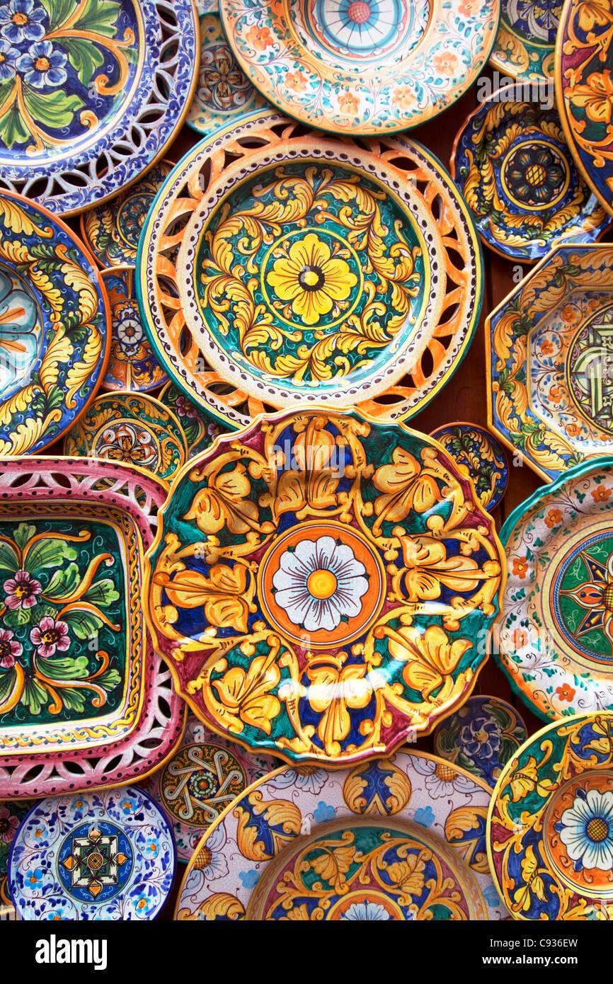 Sicilia, Italia, Europa occidentale; dettaglio di tyical siciliano maioliche decorate in ceramica - Erice Foto stock - Alamy