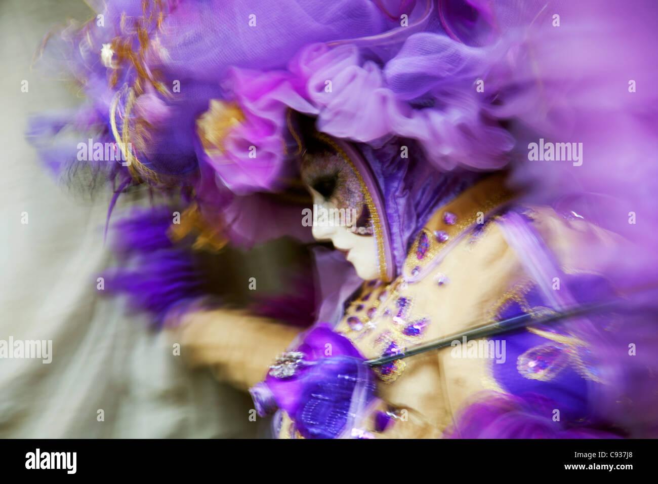 Venezia, Veneto, Italia; una maschera in movimento su Piazza San Marco durante il carnevale Immagini Stock