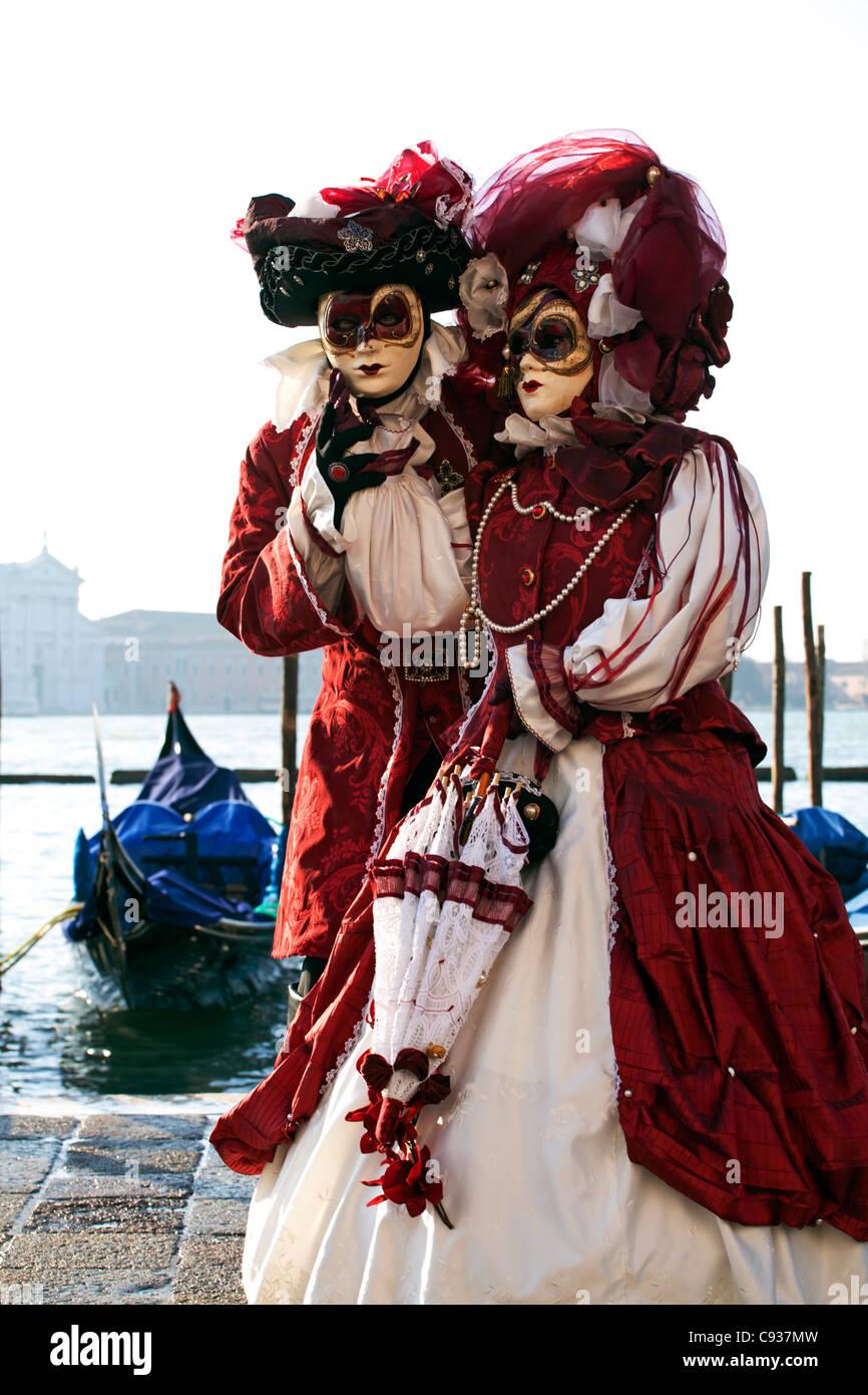 Venezia, Veneto, Italia; un paio in costume durante il carnevale al Bacino di San Marco Immagini Stock
