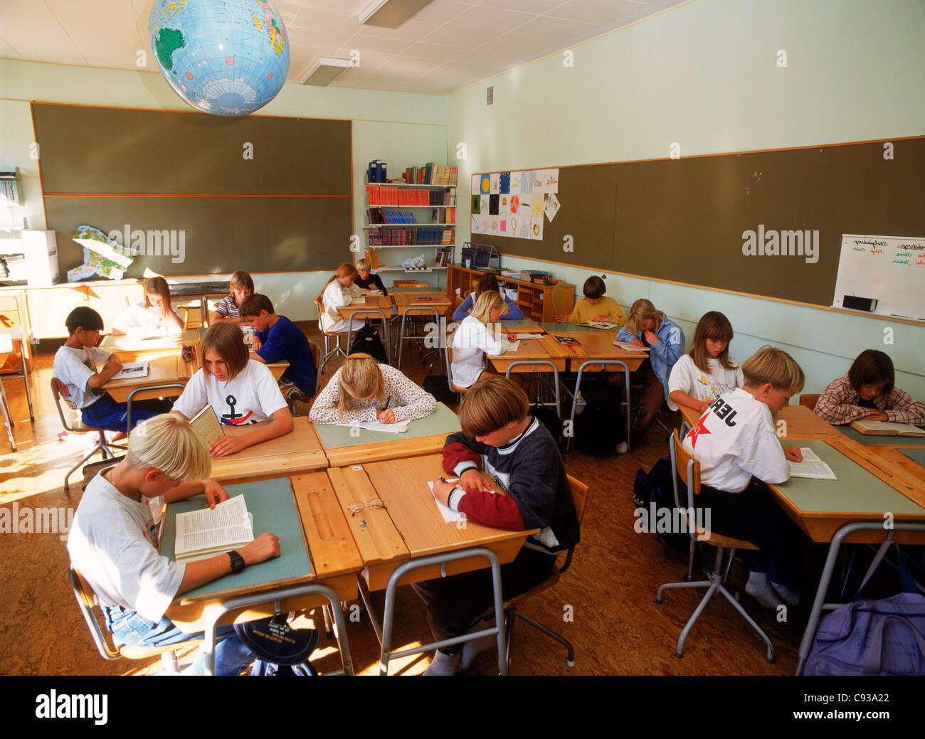Scrivania Per Bambini Elementari : I bambini delle elementari di lettura e scrittura alla scrivania