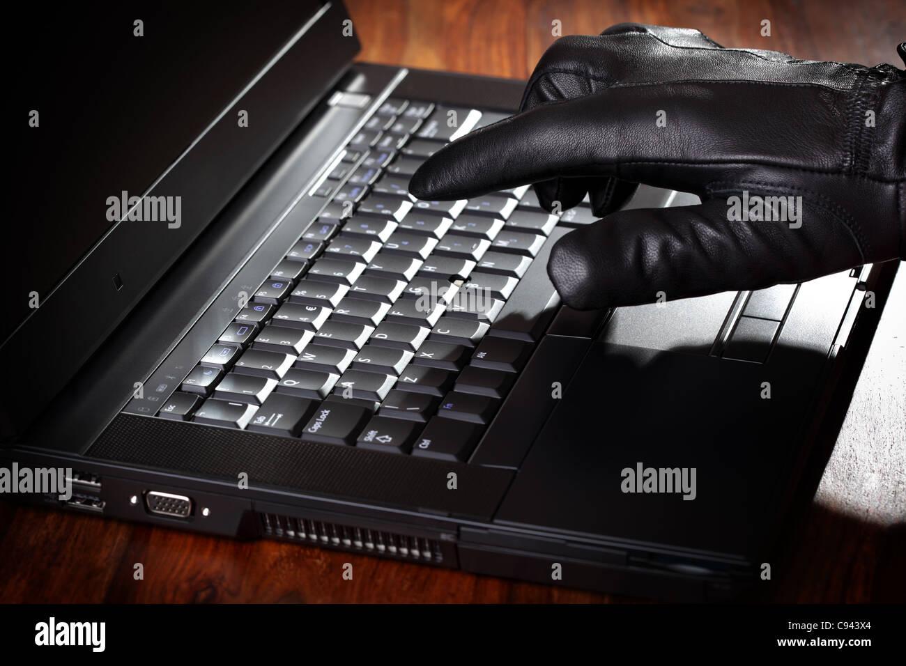Uomo di rubare i dati da un computer portatile Immagini Stock