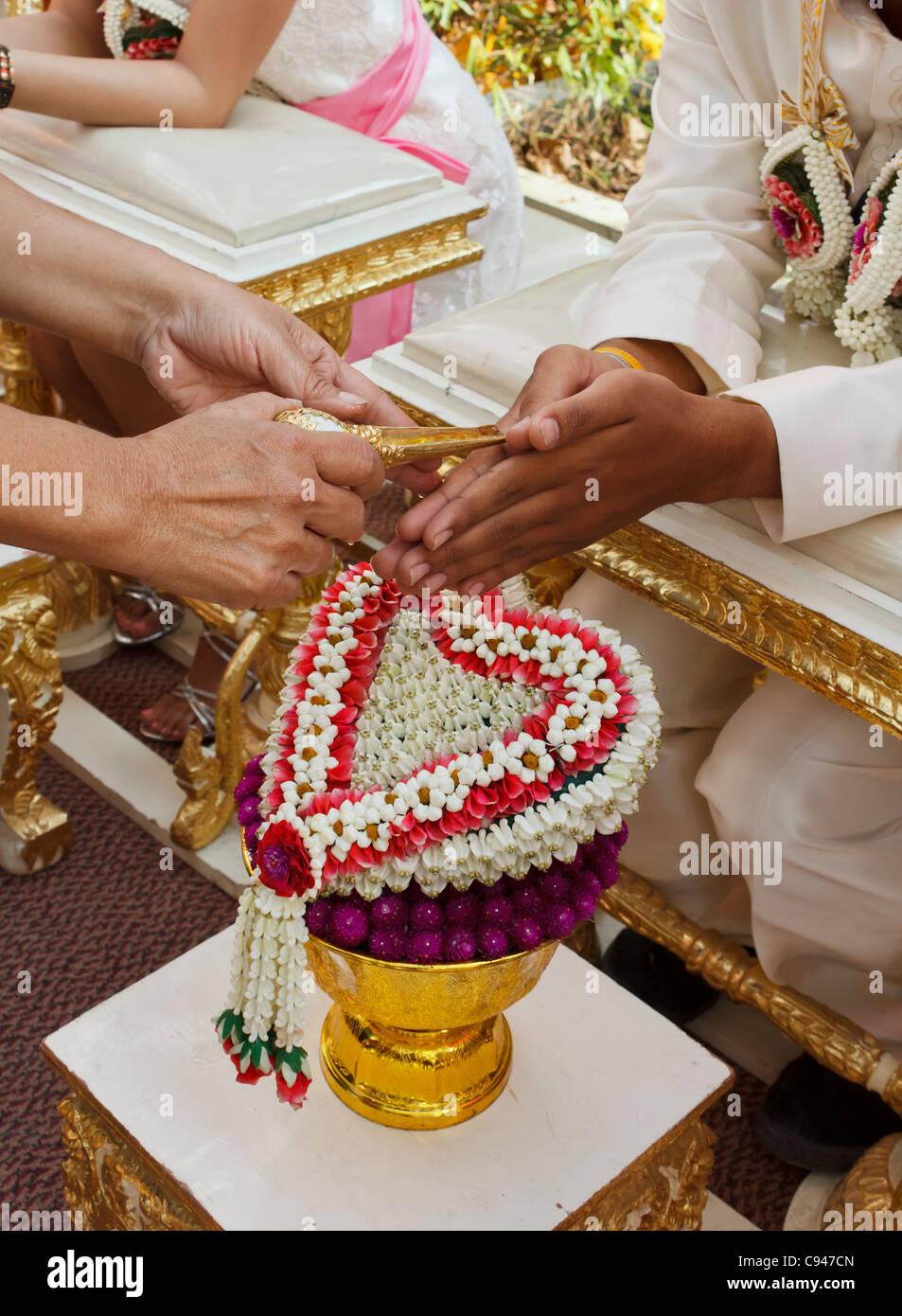 3f78ebf29e1a Acqua Benedetta a Thai cerimonia di nozze in Thailandia Foto ...