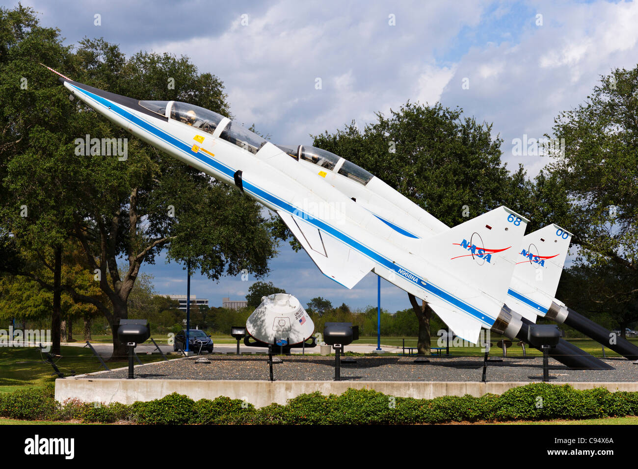 Due Northrop T-38 Taloni jet formatori all'ingresso della Houston Space Center Houston, Texas, Stati Uniti d'America Immagini Stock