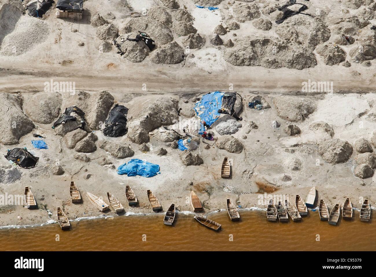 Piroghe e per la produzione di sale sulla riva del Lac Rose (Lago Rosa) vicino a Dakar, Senegal. Immagini Stock