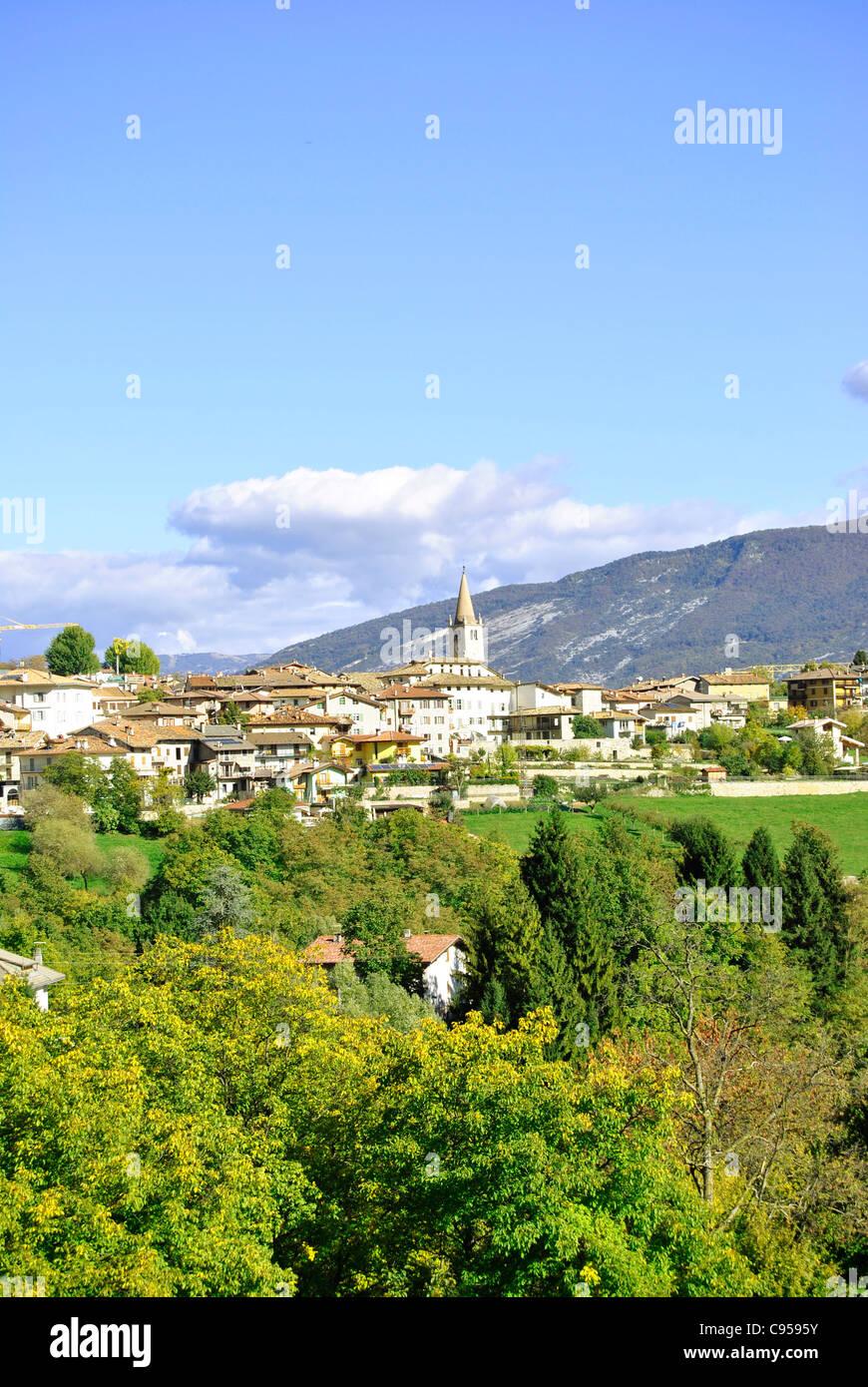 große Auswahl an Farben für die ganze Familie Fabrik authentisch Paese di montagna del Trentino Alto Adige. Italia Foto ...