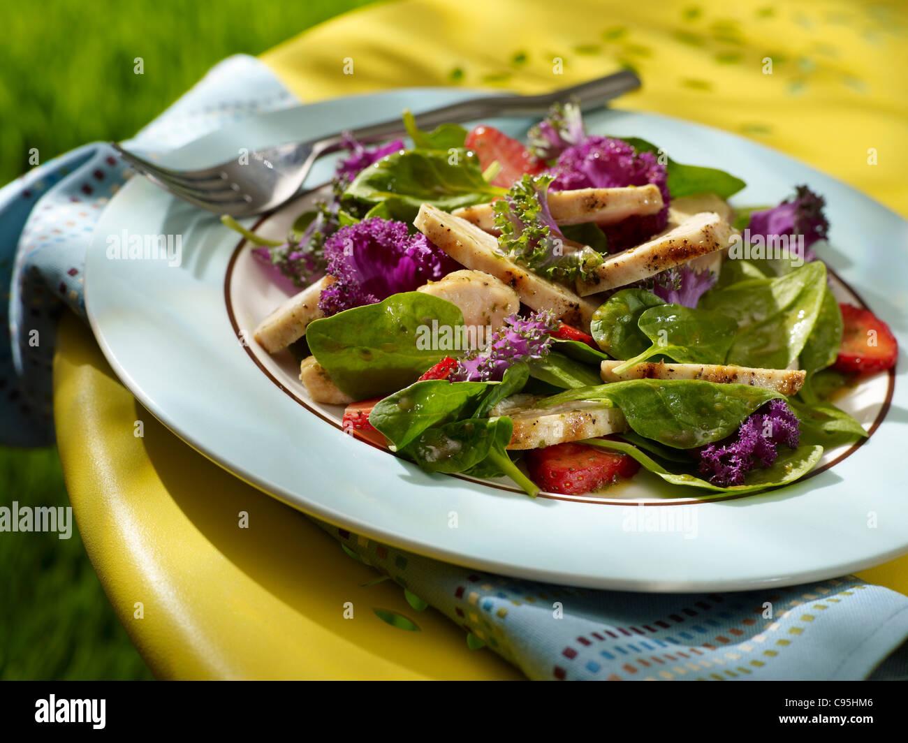 Una fragola insalata di pollo con spinaci in un ambiente esterno Immagini Stock