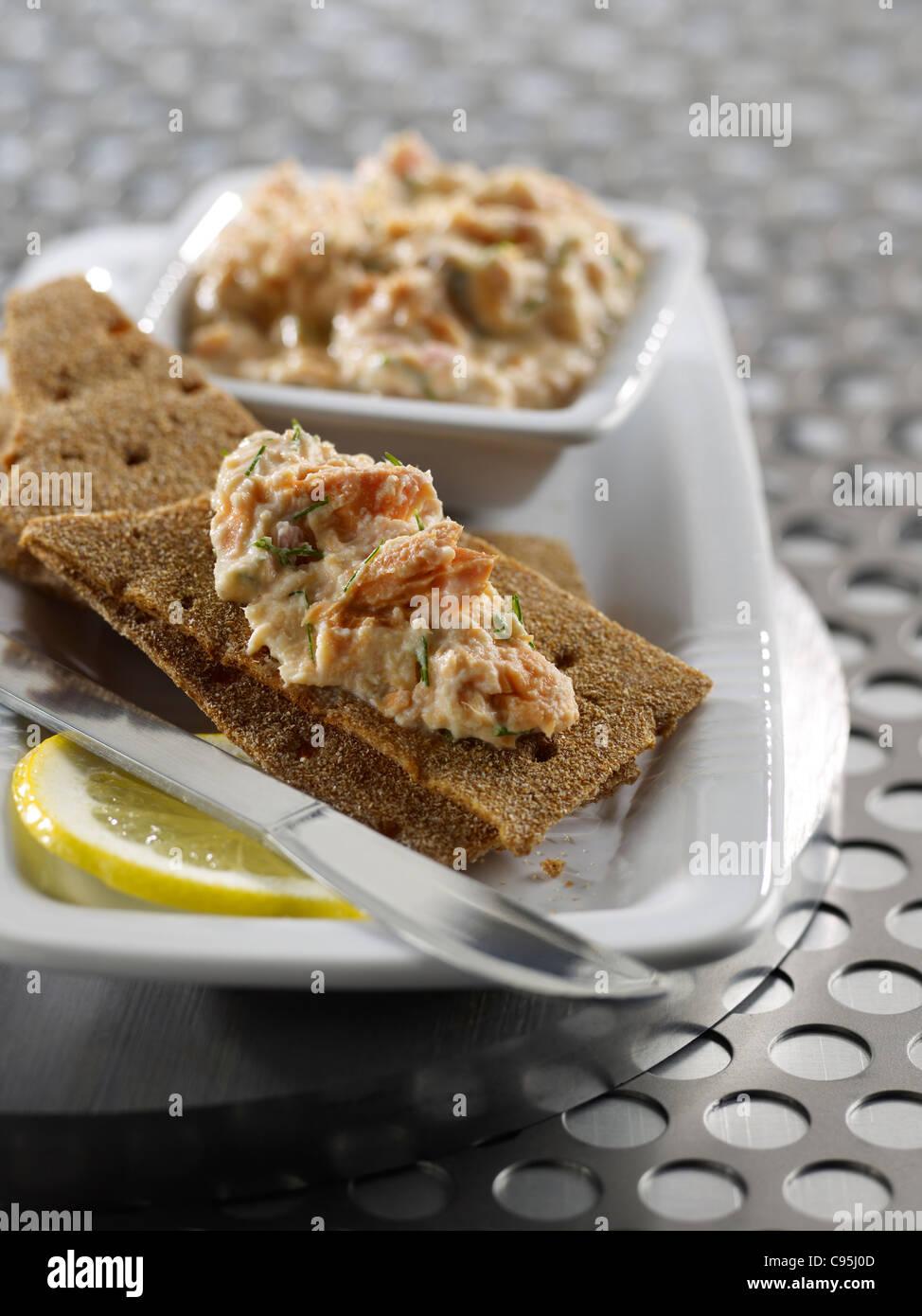 Salmone spalmato su cracker Immagini Stock