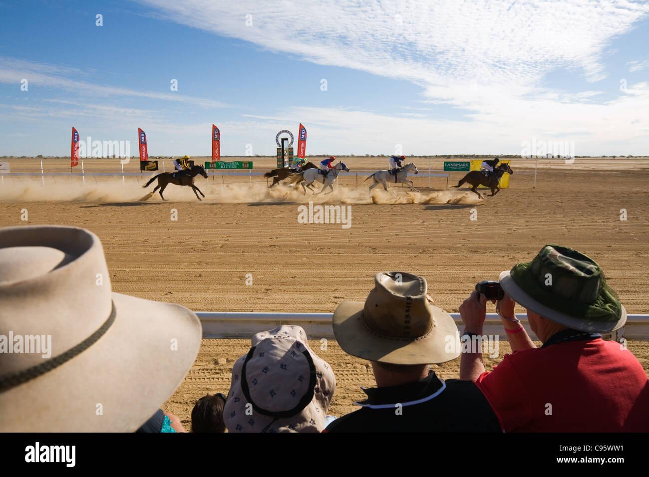 La folla guarda il Birdsville annuale Cup corse di cavalli. Birdsville, Queensland, Australia Immagini Stock