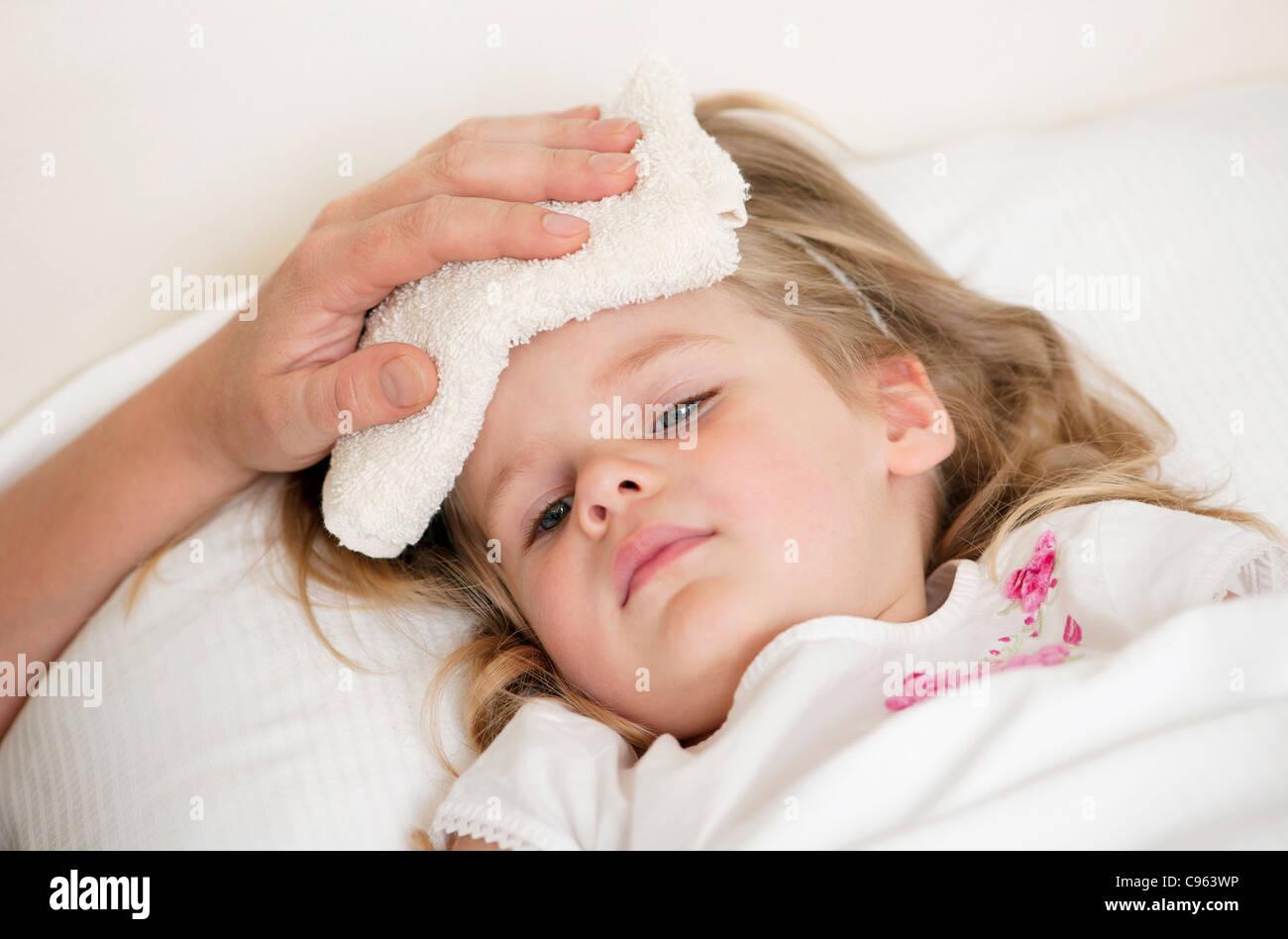 Calmante di un bambino con la febbre. Foto Stock
