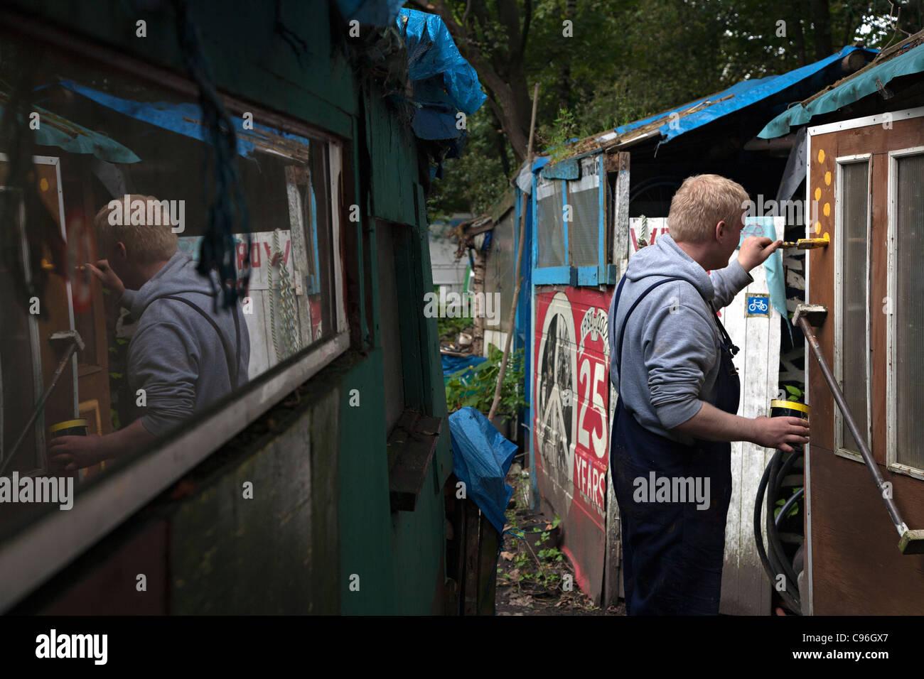 L'uomo vernici a Faslane accampamento della pace in Scozia Immagini Stock