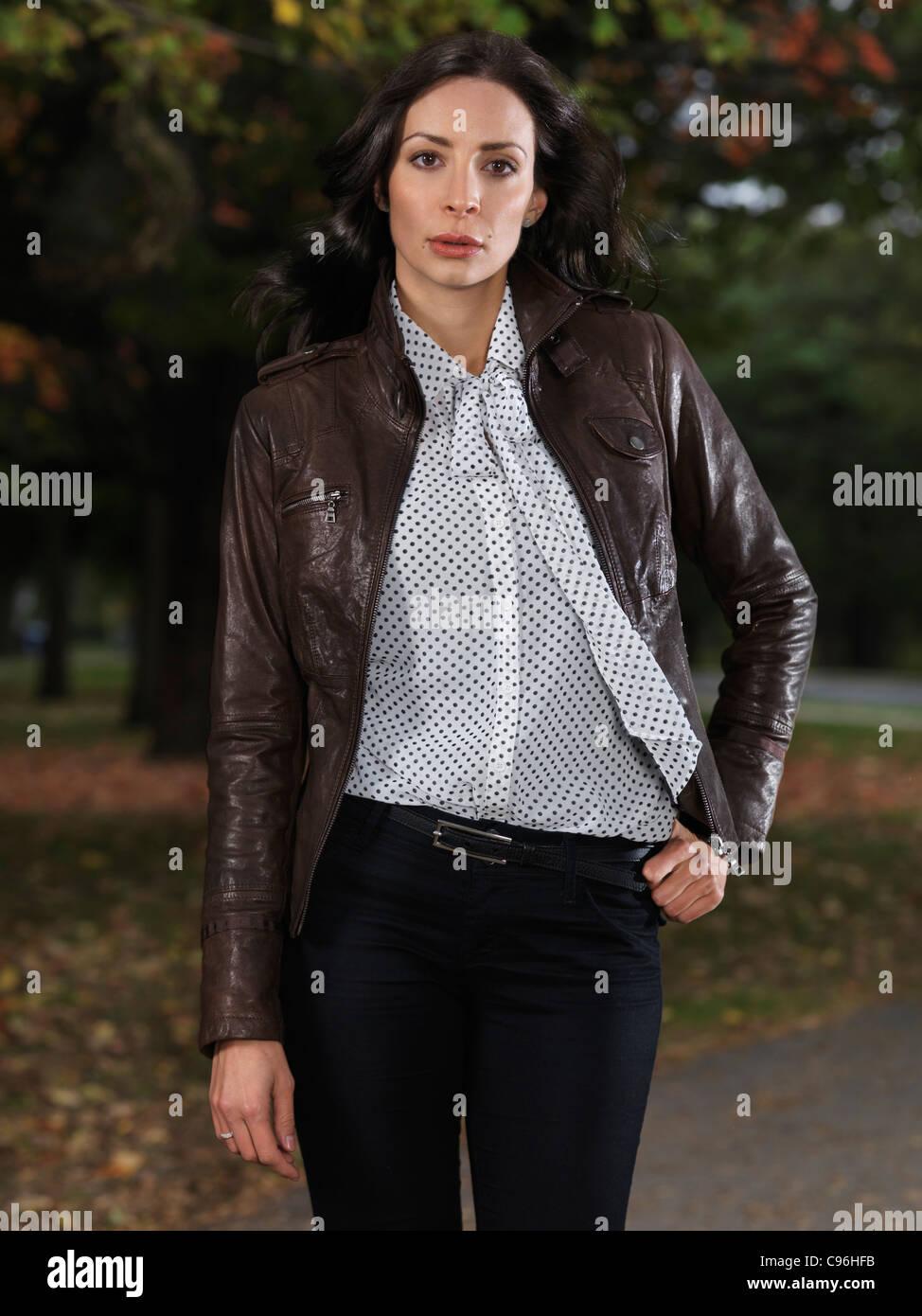sale retailer dff79 5a140 Donna che indossa una giacca di pelle marrone una camicetta ...