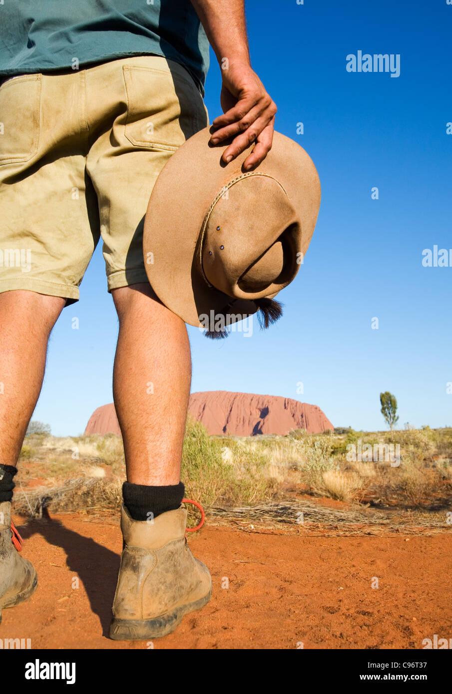 Guida Outback con la Uluru (Ayers Rock) in background. Uluru-Kata Tjuta National Park, il Territorio del Nord, l'Australia Immagini Stock