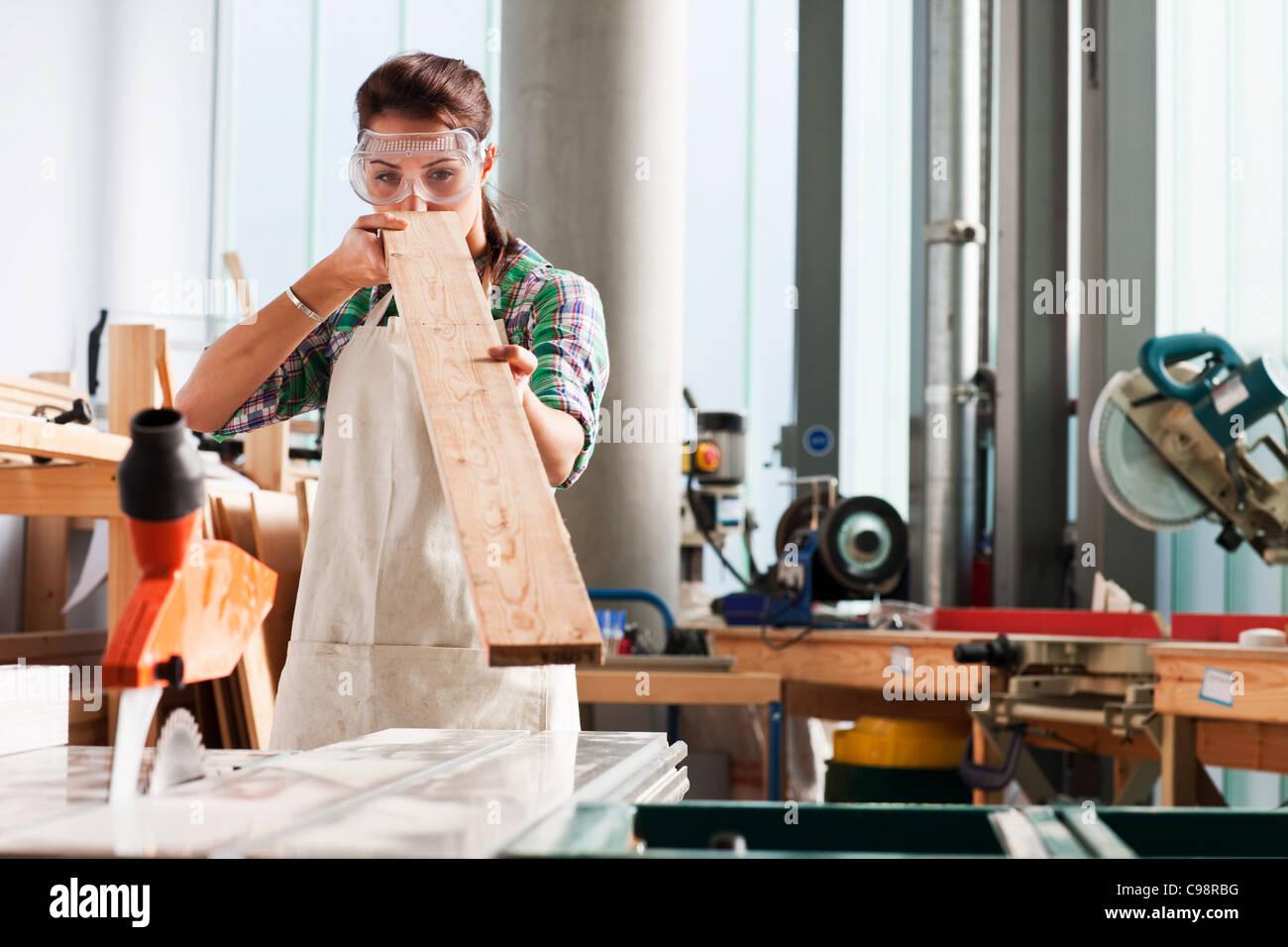 Carpenter controllo angolo officina di legno Immagini Stock