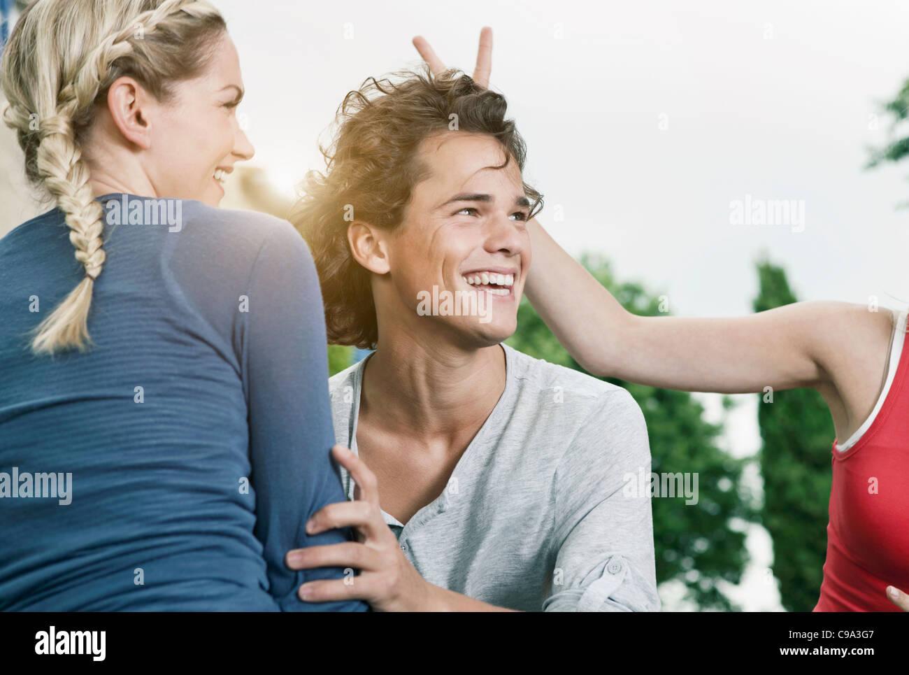 L'Italia, Toscana, Magliano, giovane uomo e donna avente fun, sorridente Immagini Stock