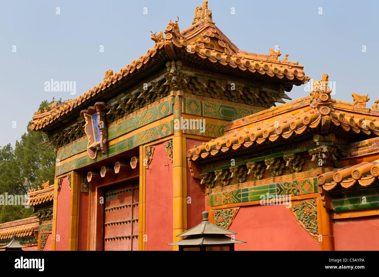 Antico palazzo nel cortile interno decorato con oro e piastrelle
