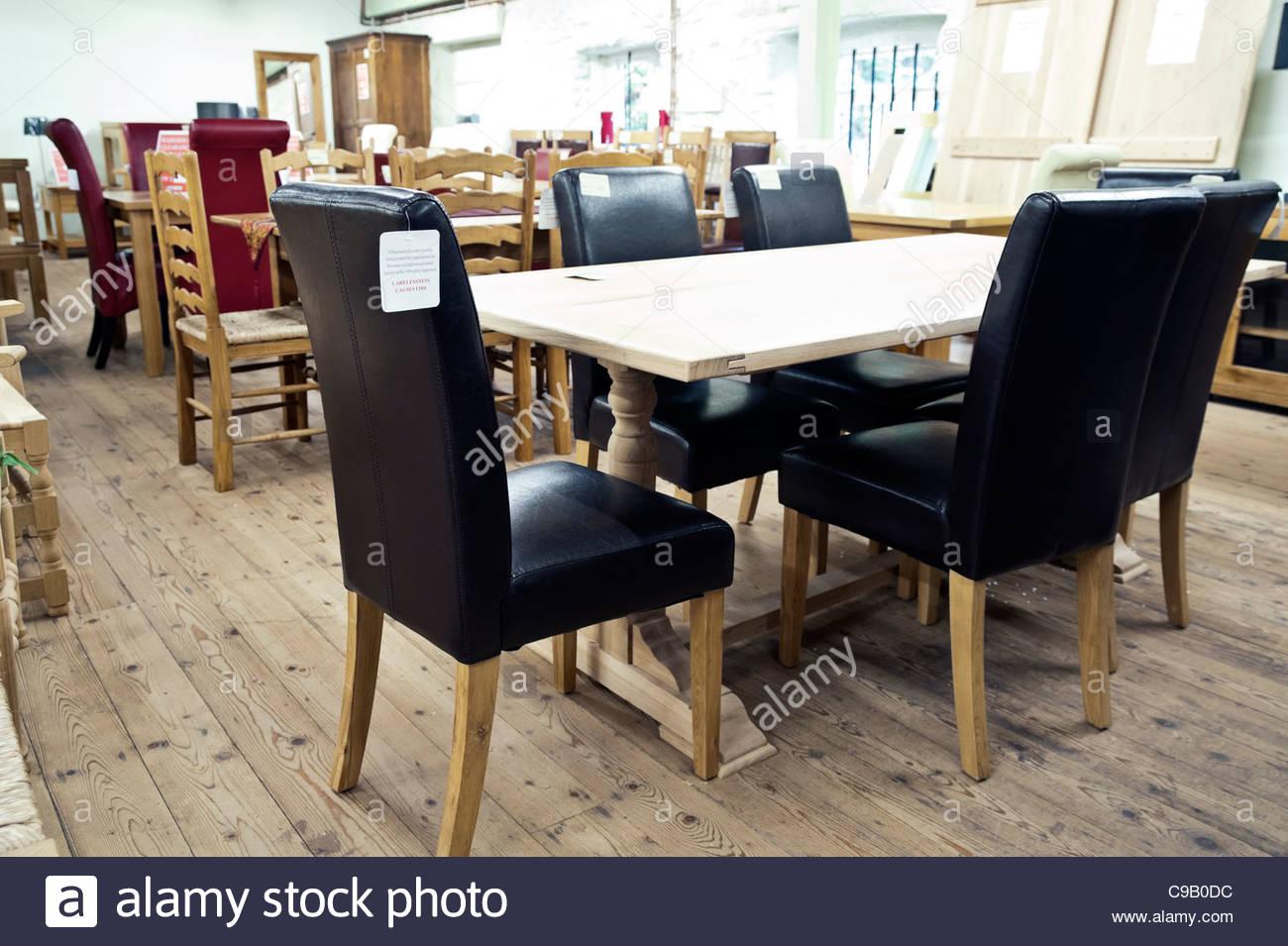 Interno di una showroom mobili Vendita di tavolo da pranzo e sedie, UK. Immagini Stock