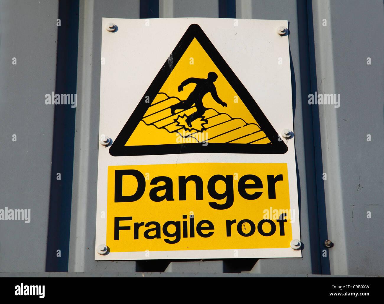 Pericolo tetto fragile segnale di avvertimento sulla proprietà in U.K. Immagini Stock