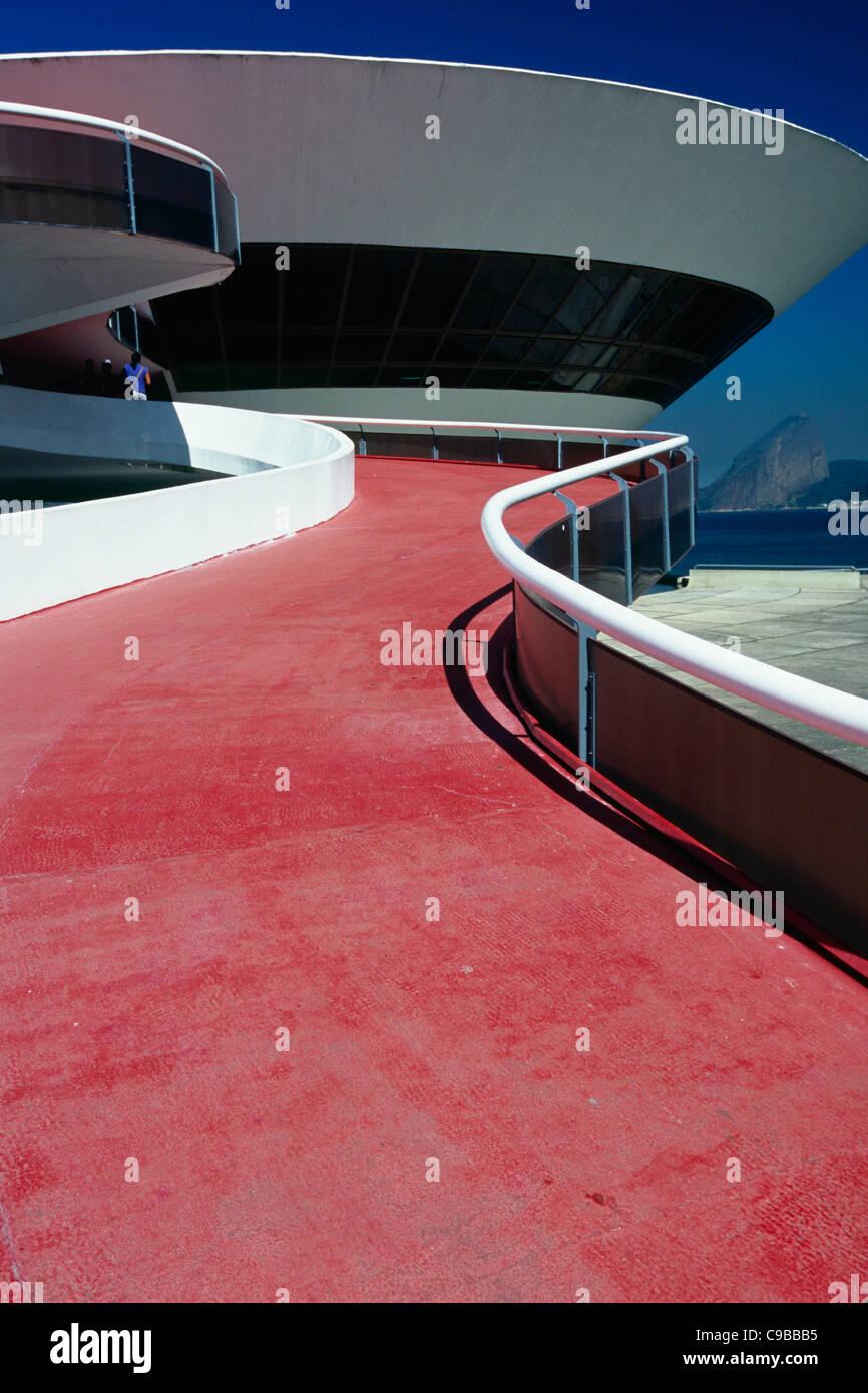 Vista ravvicinata di un edificio di moderna costruzione, il Museo di Arte Contemporanea, Niteroi, Brasile Immagini Stock