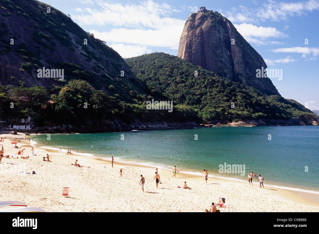 Vista della Montagna di Sugarloaf dalla Vermelha Beach, Rio de Janeiro, Brasile Immagini Stock