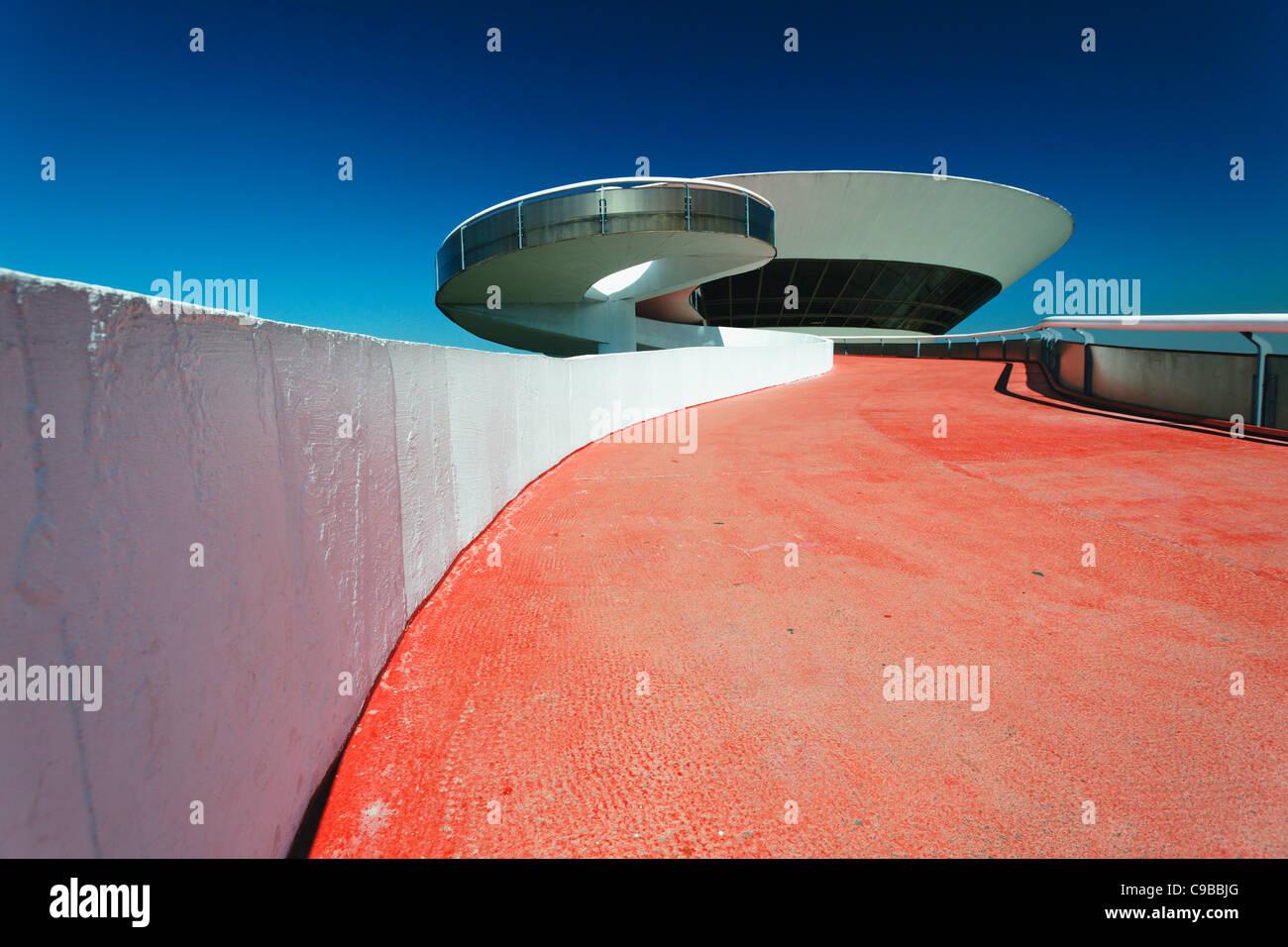 Angolo basso in prospettiva di una forma circolare edificio moderno, il Museo di Arte Contemporanea, Niteroi, Brasile Immagini Stock