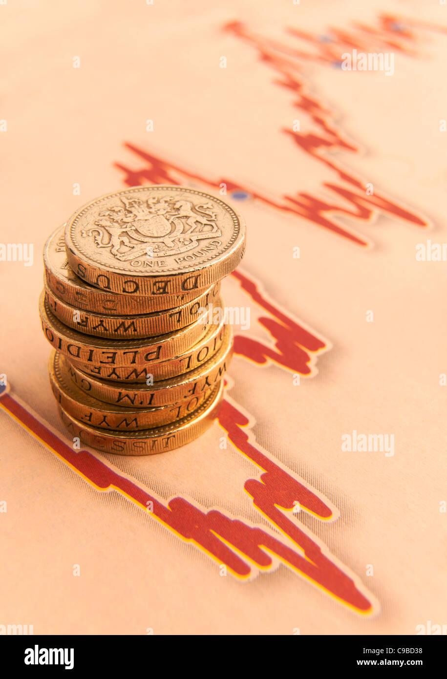 Pila di una libbra di monete sul grafico fluttuante con spazio per la copia Immagini Stock